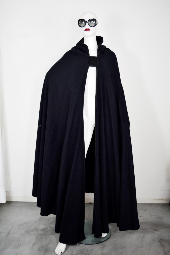ADR001817 ブラックマントフードドレス