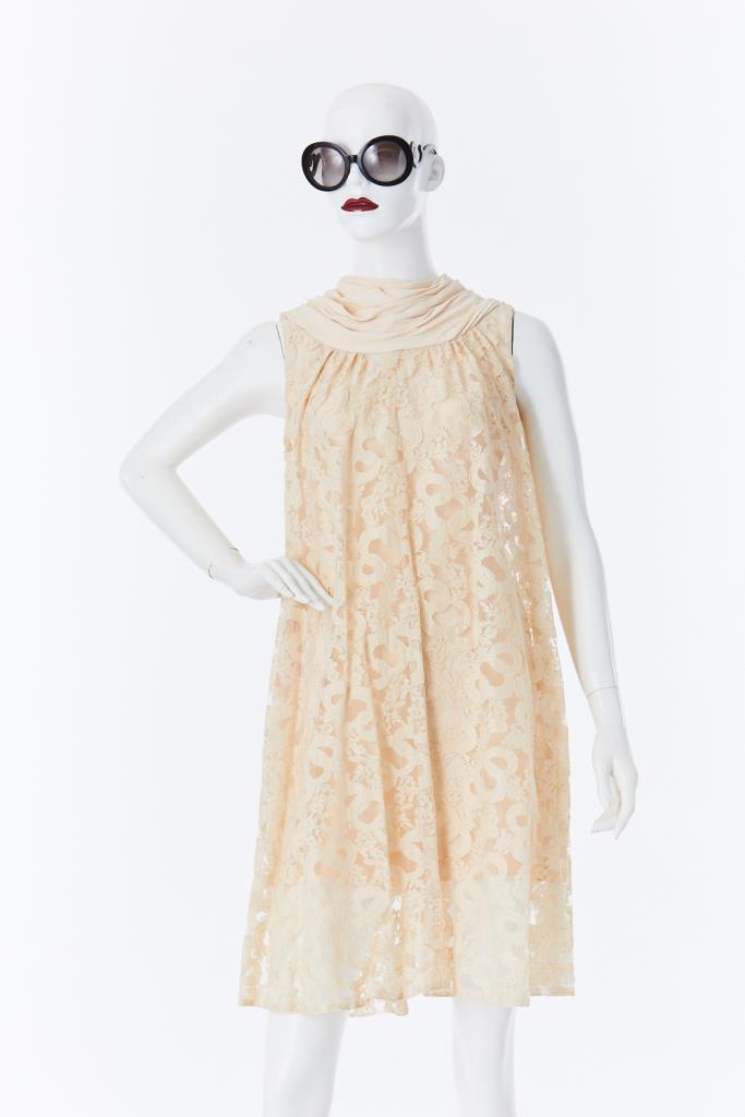 ADR500067 バックボタンレースドレス